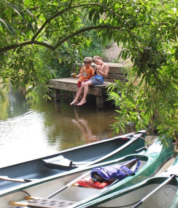 Kanuspaß für Kinder bei Sommerwetter