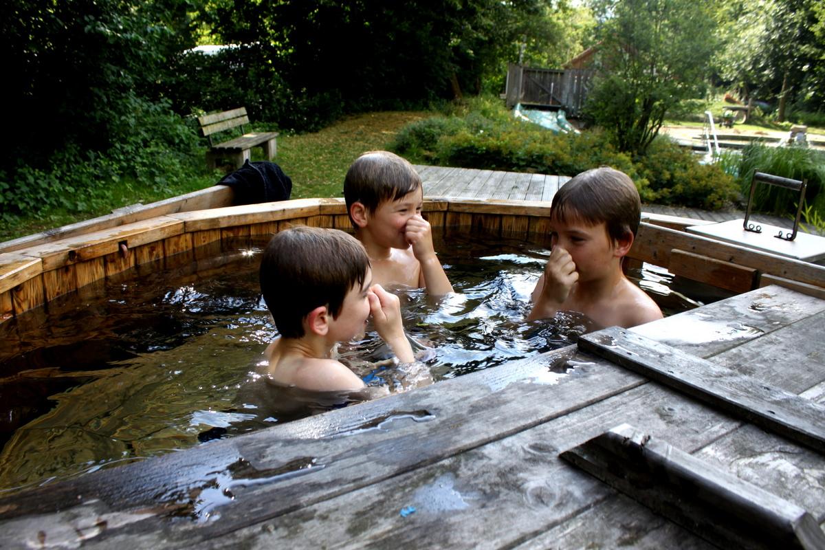 Kinder im Badefaß am NaturFreiBad